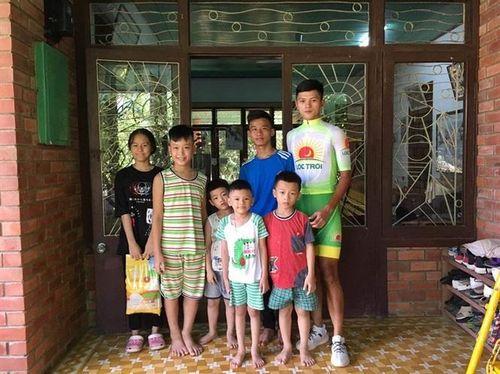 Đội đua Tập đoàn Lộc Trời tặng 1 tấn gạo cho làng trẻ em mồ côi