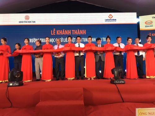 Trao tặng Trường THCS Liên Việt - Kon Tum cho địa phương