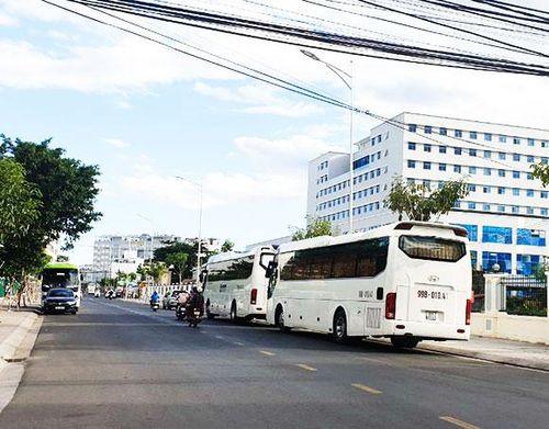 Xe du lịch bao vây bệnh viện