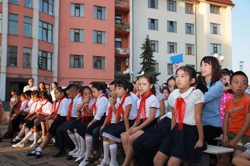 Tổ chức Trung thu và Khai giảng lớp tiếng Việt cho các cháu thiếu nhi tại Ukraine