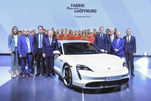 Vừa ra mắt, Porsche Taycan đã bắt đầu sản xuất thương mại với nhà máy mới