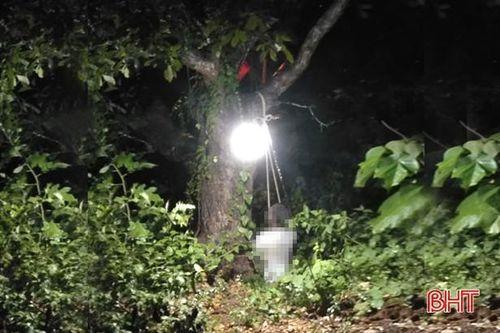 Kinh hãi phát hiện người đàn ông chết trong tư thế treo cổ trên cây lộc vừng