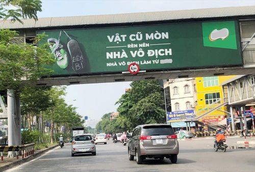 Yêu cầu dừng toàn bộ quảng cáo trên cầu vượt