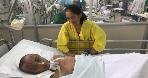 Không có tiền cứu con, người mẹ thắt lòng xin con ra viện về nhà chờ chết