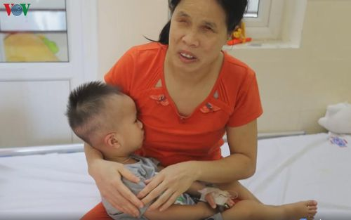 Bố mẹ mù lòa dò dẫm chăm con trai 19 tháng tuổi ung thư võng mạc