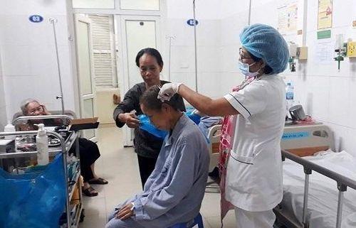 Nữ điều dưỡng luôn tận tâm với nghề