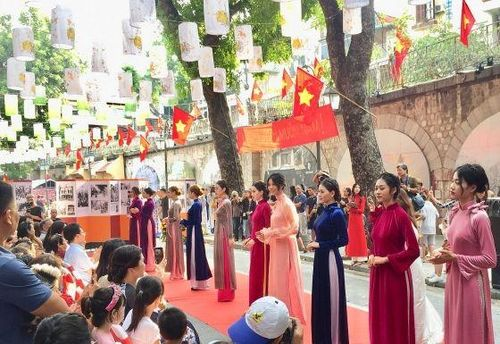Hà Nội xưa được tái hiện sống động ở phố bích họa Phùng Hưng