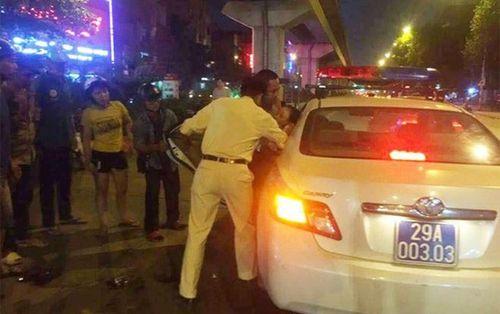 Bị nam thanh niên tông ngã ra đường rồi bỏ chạy, người phụ nữ may mắn được CSGT đưa đi cấp cứu