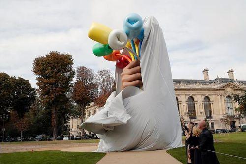 Tác phẩm điêu khắc 'Bó hoa tulip' gây tranh cãi ở Paris