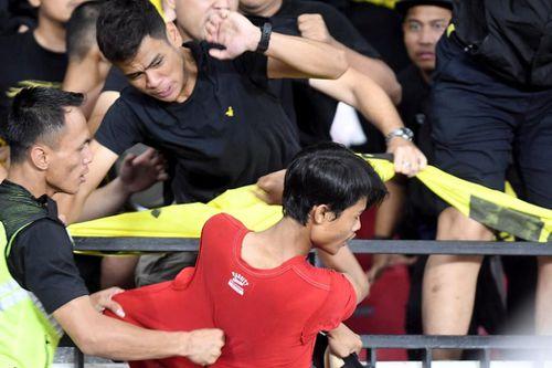 FIFA phạt Indonesia 45.000 USD vụ CĐV làm loạn sân Bung Karno