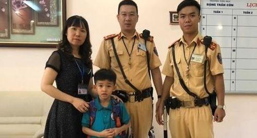 CSGT đưa trẻ lạc về với gia đình, nhà trường