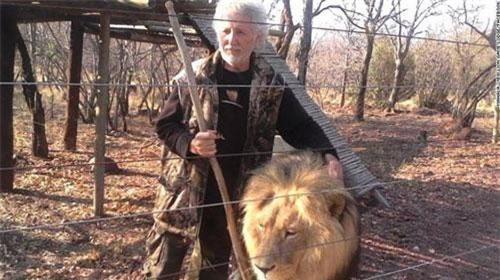 Kinh hoàng sư tử xé xác người chăm nuôi