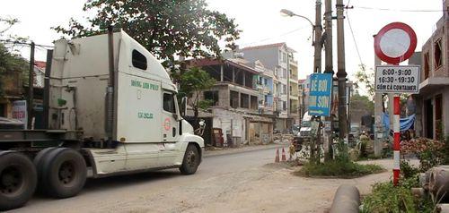 Biển báo cấm bị xịt sơn trắng xóa, lực lượng CSGT gặp khó khi xử lý 'hung thần xa lộ'
