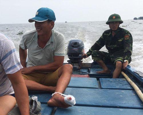 Đồn Biên phòng Vinh Quang cứu thuyền viên bị tai trên biển