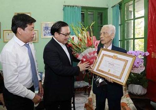 Lãnh đạo thành phố Hà Nội trao tặng Huy hiệu Đảng cho các đảng viên lão thành