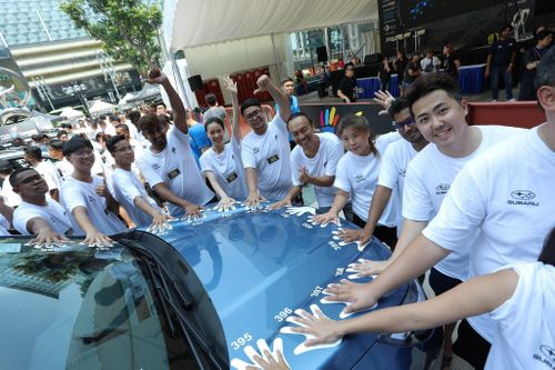 Đại diện VN về nhì trong cuộc thi chạm tay vào ôtô