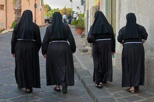 Hai nữ tu Italy bị phát hiện dính bầu