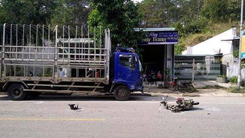 Xe máy 'đấu đầu' ô tô tải, 2 chị em ruột chết thảm