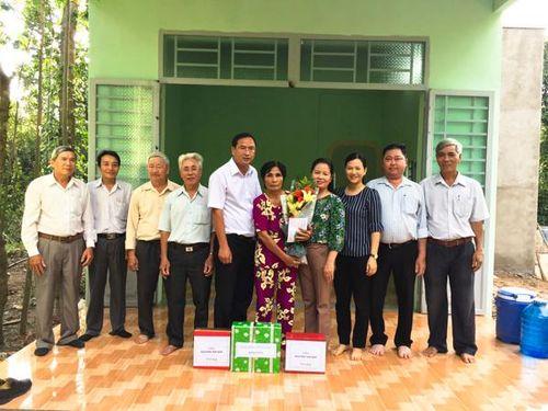Thăm tặng quà, trao nhà Đại đoàn kết cho phụ nữ nghèo