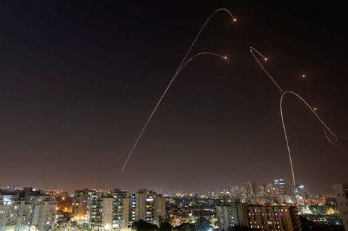 Video 'mưa tên lửa' ập xuống Israel