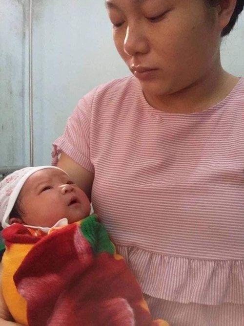Mẹ trẻ ôm con hơn 7 tháng tuổi bất lực nhìn chồng nằm hôn mê trên giường bệnh