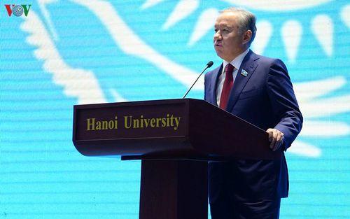Chủ tịch Hạ viện Kazakhstan gửi nhiều thông điệp tại Đại học Hà Nội