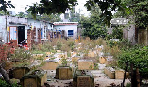 Nghĩa địa 'chêm' san sát trong khu dân cư
