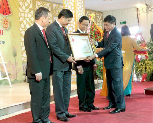 Sở Giáo dục và Đào tạo tỉnh Đắk Lắk đón Huân chương Lao động hạng Nhì
