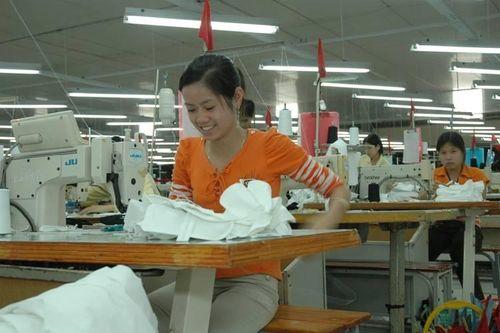 Công nhân nữ sau tuổi 35: Nỗi lo bị sa thải