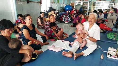 'Bà ngoại' của hàng nghìn trẻ bại não nhận giải thưởng Kova