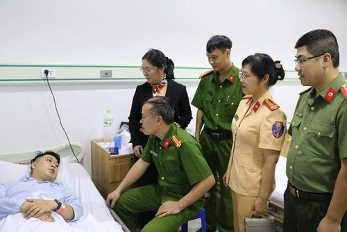 Chiến sĩ công an bị thương khi giải cứu thanh niên định nhảy cầu tự tử