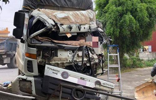 Xe tải mất lái lao vào xe ngược chiều khiến một người tử vong