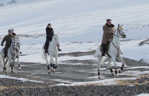 Ông Kim Jong Un cưỡi ngựa thăm lại chiến trường xưa