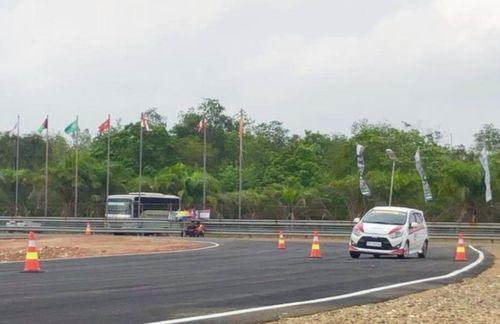 Đi đua xe nhưng gặp phải xe tay lái nghịch, đội Việt Nam vẫn xuất sắc vào top 10