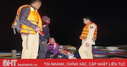 Tạm giữ 2 thuyền cá đánh bắt thủy sản bằng kích điện trên sông Đò Điệm