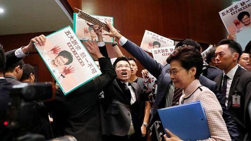 25 nghị sĩ Hồng Kông đưa ra nghị án yêu cầu luận tội bà Carrie Lam