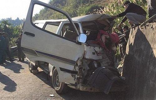 Nghệ An: Xe chở đoàn thiện nguyện đâm vách núi, 5 người thương vong