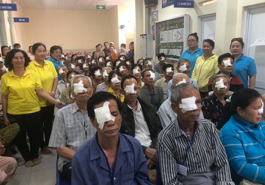 Các đơn vị tặng quà vùng cao, phẫu thuật mắt
