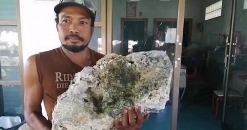Đi nhặt rác trên bãi biển, người đàn ông bất ngờ vớ được 'báu vật' Long Diên Hương 15 tỷ đồng