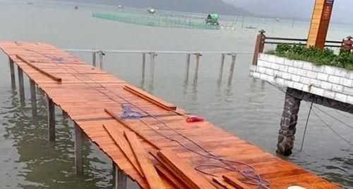 Buộc tháo dỡ cầu đi bộ doanh nghiệp xây trái phép trên đầm Lập An