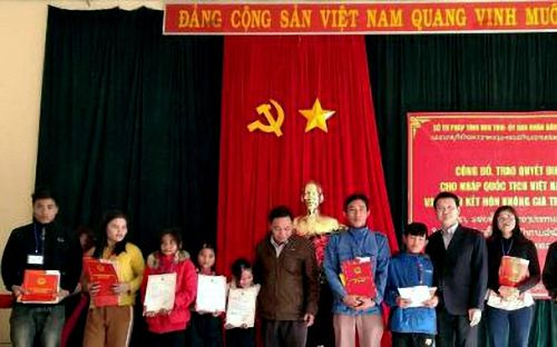 53 người Lào được nhập quốc tịch Việt Nam