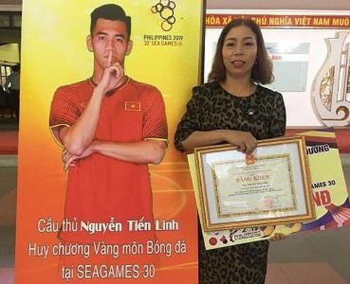 Mẹ cầu thủ Tiến Linh mong con luôn khỏe mạnh để cống hiến cho bóng đá nước nhà