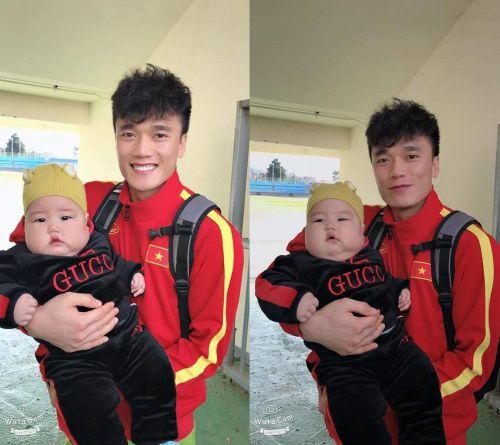 U23 Việt Nam 'phát sốt' với bé con má phính tại Hàn Quốc