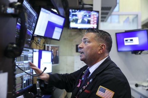 Số liệu kinh tế khởi sắc, chứng khoán Mỹ lại tăng lên mức kỷ lục mới