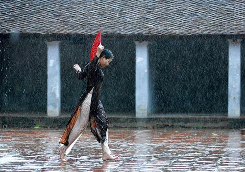 Nghệ sỹ Việt kể 'Chuyện áo dài' bằng hội họa và nhiếp ảnh