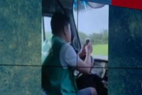Đình chỉ lái xe buýt vừa điều khiển vô lăng bằng khuỷu tay vừa dùng điện thoại