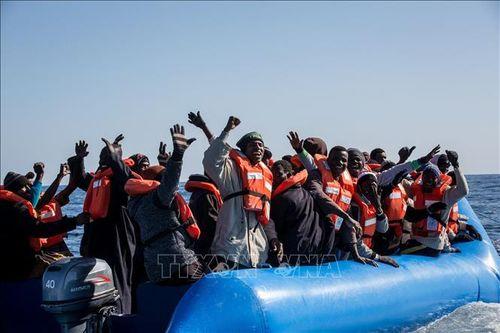 Italy cho phép trên 160 người di cư cập cảng