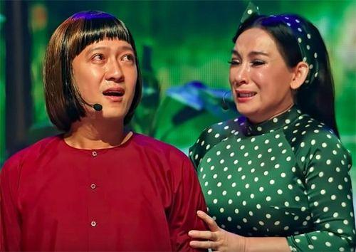 Trường Giang khóc khi được Phi Nhung ôm hôn trước hàng nghìn khán giả