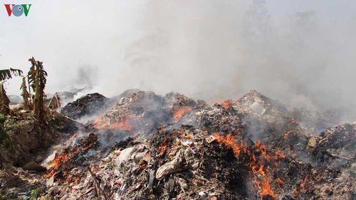Cháy núi rác thải công nghiệp tại Bình Dương, người dân 'kêu cứu'