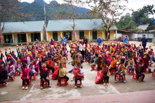 Trao quà từ thiện cho học sinh nghèo vùng cao Hà Giang